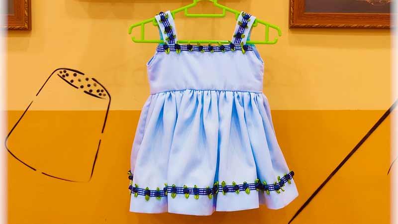 Vestido fruncido con tirantes para bebé